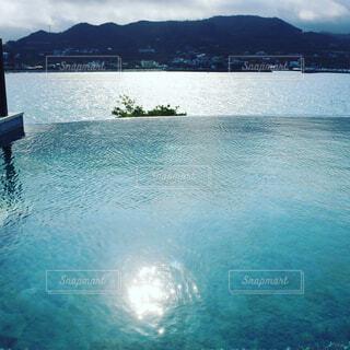 青い水面と朝日の写真・画像素材[1555497]