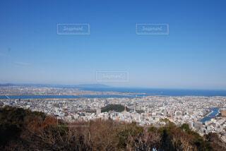 背景の山と都市のビューの写真・画像素材[1557766]