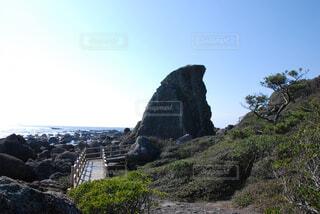 岩が多い丘の上の大きな滝の写真・画像素材[1557873]
