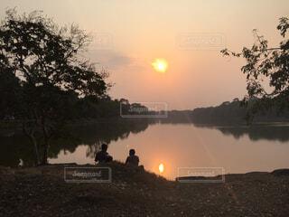 アンコールトムのお堀に沈む夕日の写真・画像素材[1556114]