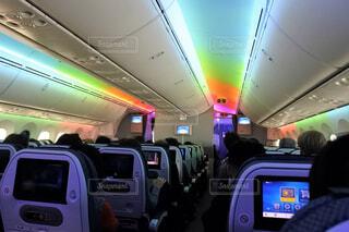 飛行機内の、レインボーカラーのライトアップです。の写真・画像素材[1558068]