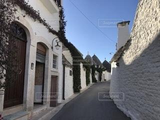 三角屋根のツルッリが立ち並ぶ路地の写真・画像素材[1573568]