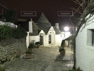 とんがり屋根のお家の夜は、妖精が現れそうです。の写真・画像素材[1574079]