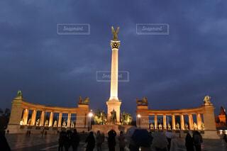 ライトアップされたブダペスト英雄広場の写真・画像素材[1591855]