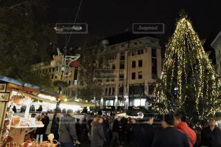 大勢の人々でにぎやかなクリスマスマーケットの写真・画像素材[1594062]