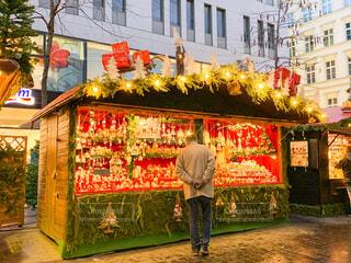 クリスマスマーケットと楽しむ男性の写真・画像素材[2833571]