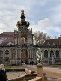 建物の前にある大きな石像の写真・画像素材[2869138]
