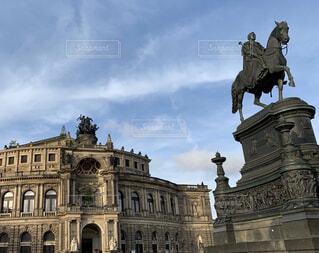 ゼンパーオーパーとヨハン王の騎馬像の写真・画像素材[2877679]