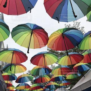 カラフルな傘の写真・画像素材[1865618]