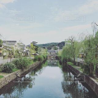 水の体の上の橋の写真・画像素材[1557514]