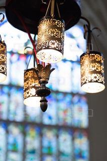 ランプとステンドグラスの写真・画像素材[1558973]