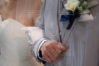 新郎新婦の腕組の写真・画像素材[1558977]