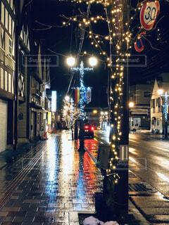 近くに夜に濡れた街のアップの写真・画像素材[1678690]