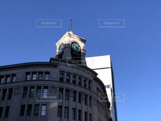 建物の上部に時計と大きな背の高い塔の写真・画像素材[1725213]