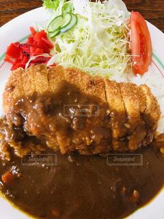 近くにプレートの上に食べ物のアップの写真・画像素材[1790274]