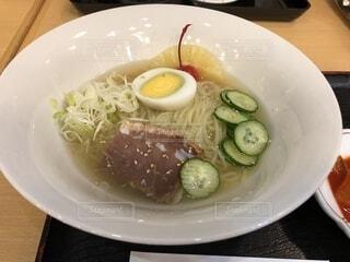 皿の上の食べ物のボウルの写真・画像素材[2257940]