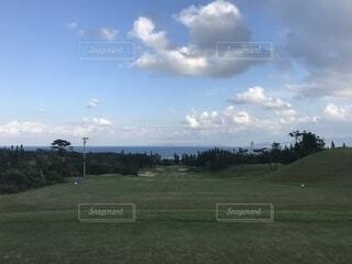 空の雲と大規模なグリーン フィールドの写真・画像素材[1631581]