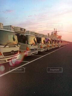 夕暮れのトラックの写真・画像素材[1561610]