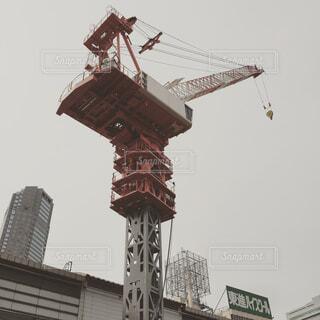 高層ビルの横にあるクレーンの写真・画像素材[1560672]