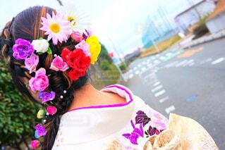 紫色の花を身に着けている女性の写真・画像素材[1561209]