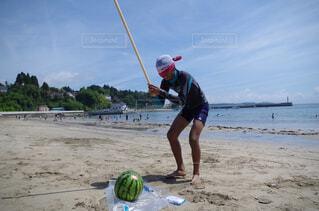 砂浜の上に立っている人の写真・画像素材[1562258]