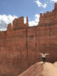 峡谷の前に立っている人の写真・画像素材[1563737]