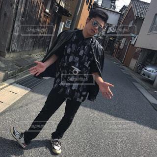 若い男が通りをスケート ボードに乗って - No.1105539