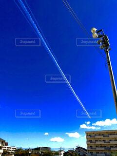空に跳ぶ白い彗星の写真・画像素材[1563655]