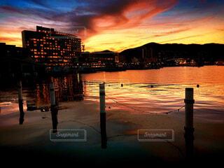 茜色に染まる湖面の写真・画像素材[2479581]