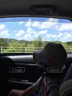 車の窓の席に座っている男の写真・画像素材[1563499]