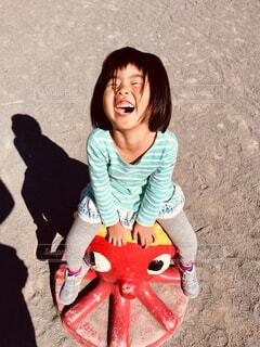 公園で遊んでいる小さな女の子の写真・画像素材[1616612]