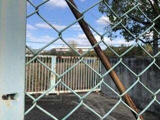フェンス越しの空の写真・画像素材[1632944]