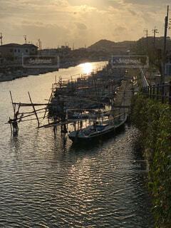 夕焼けの水路の写真・画像素材[1571800]