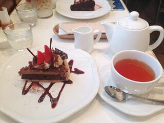 イチゴのチョコタルトと紅茶の写真・画像素材[1840593]