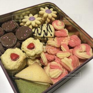 トレイの上に食べ物の種類でいっぱいのボックスの写真・画像素材[1794121]