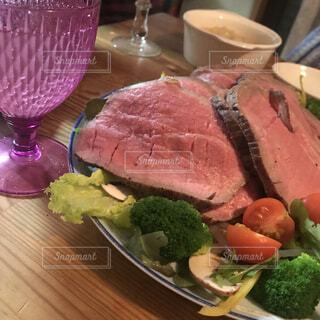 テーブルの上に食べ物のプレートの写真・画像素材[1800701]