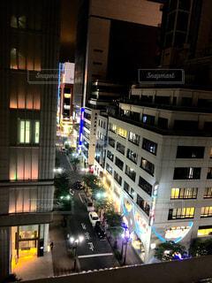 夜のライトアップされた街のスクリーン ショットの写真・画像素材[1567792]