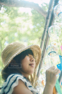 風鈴と女の子の写真・画像素材[2220066]