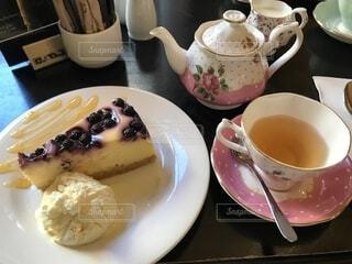 ケーキと紅茶のカップの写真・画像素材[1568299]
