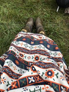 芝生で横になっている人の写真・画像素材[1599235]