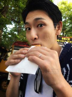ホットドッグを食べる少年の写真・画像素材[1591952]