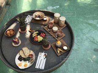バリ島のにてプールで朝食の写真・画像素材[1568130]