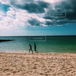 海のカップルの写真・画像素材[1578666]