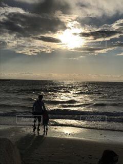 夕暮れの波打際3の写真・画像素材[1570927]
