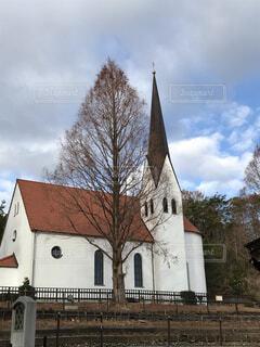 木と洋風の建物の写真・画像素材[1697344]