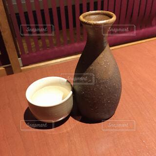 木製のテーブルの上に座ってコーヒー カップの写真・画像素材[1733982]
