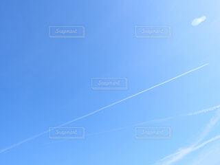 青空と飛行機雲の写真・画像素材[1571622]
