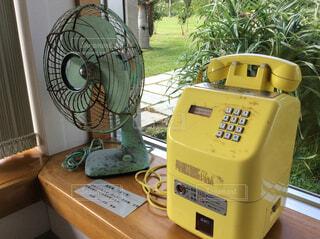 扇風機と電話機の写真・画像素材[1617913]