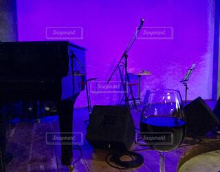 ステージでグラスワインの写真・画像素材[1636295]