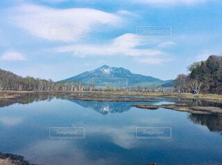 水面に写る山の写真・画像素材[1819715]